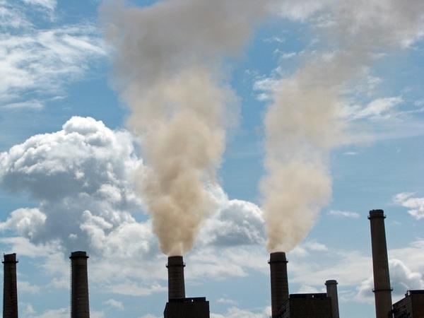 <p>Smokestacks emitting air pollution.</p>