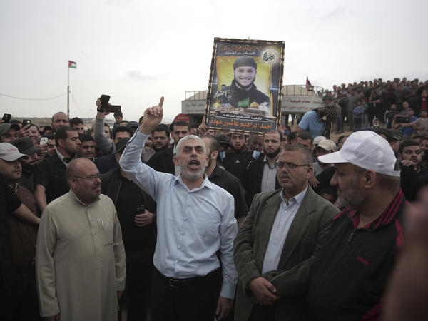 Hamas leader Yehiyeh Sinwar speaks with protesters at the Gaza Strip on April 20.