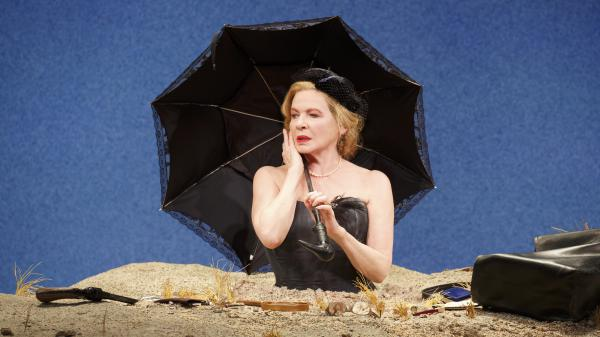 Dianne Wiest stars in a 2016 Yale Repertory Theatre production of Samuel Beckett's <em>Happy Days</em>.