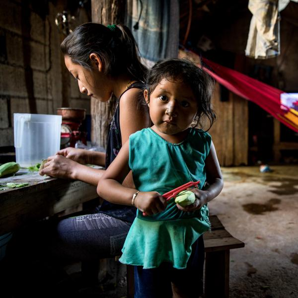 If you give young children a chance to help around the house, psychologists say, you might be surprised by what they can learn. At home in a small village near Valladolid, Mexico, Alondra, 3, peels a mango. Her sister Susy is by her side.