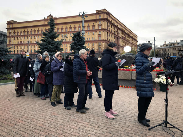 Muscovites line up to take part in an annual reading of the names of Stalin's victims.