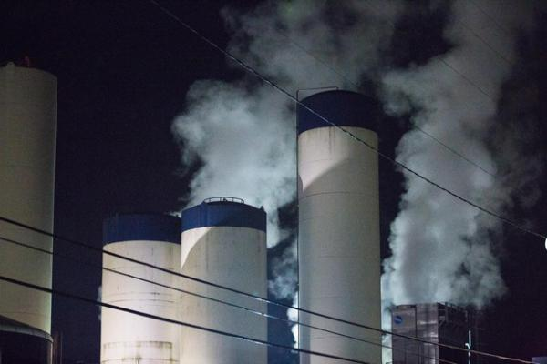 <p>Steam rises from the Darigold facility in Portland, Ore., Wednesday, Feb. 6, 2019. Oregon lawmakers are proposing cap-and-trade legislation in an effort to curb emissions.</p>