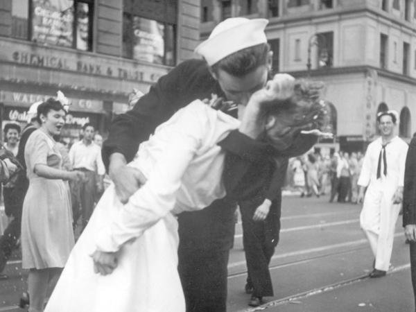 A sailor kisses a woman in New York's Times Square to celebrate the end of World War II. The sailor, identified later as George Mendonsa, has died at 95.