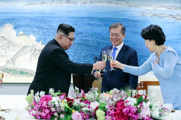 North Korean leader Kim Jong Un toasts South Korean President Moon Jae-in's wife Kim Jung-sook.
