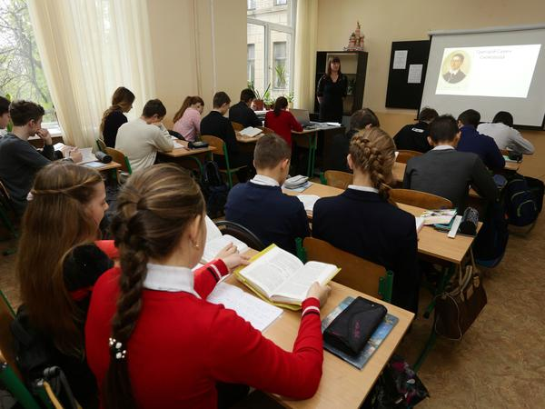 Students attend a Ukrainian language and literature lesson at a school in the eastern Ukrainian city of Donetsk in 2016. In 2018, students in four cities across Ukraine received training to help them identify disinformation, propaganda and hate speech.
