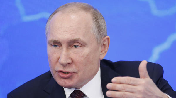 Russian President Vladimir Putin has signed a law that makes it a crime to spread online information insulting Russia's government.