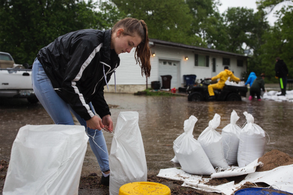 Kaci Dalton helped residents fill sandbags on Starling Airport Road in Arnold in May 2017.
