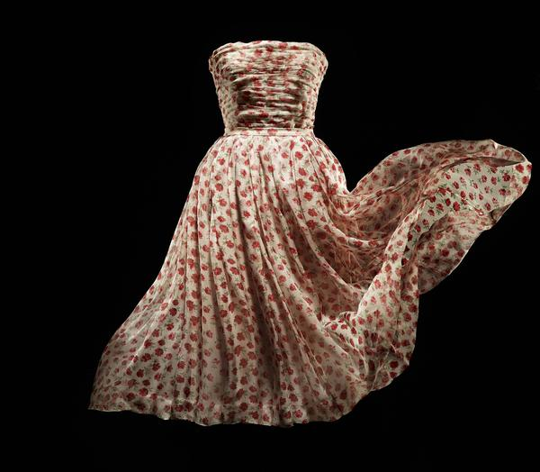 Rose Pompon silk dress en mousseline de soie printed with roses, Spring-Summer 1952 Haute Couture collection. Sineuse line.