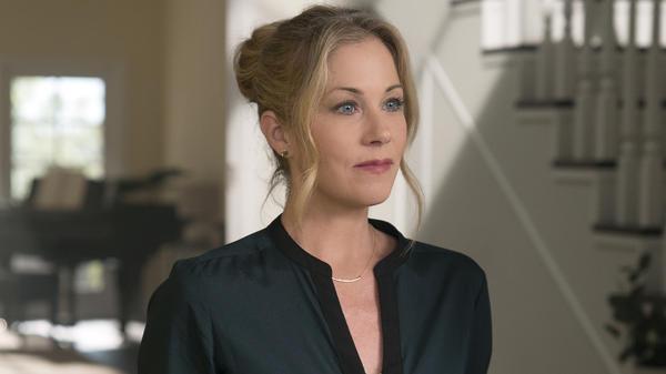 Christina Applegate plays Jen, a real estate agent and mother of two, dealing with the sudden death of her husband in the Netflix series <em>Dead To Me.</em>