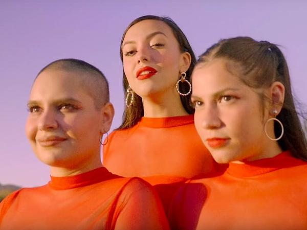 """Mexico City singer Noa Sainz is all about self-love in her video for """"qué bueno!"""""""