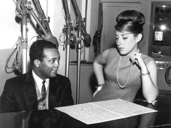 """Lesley Gore and producer Quincy Jones at work in the studio. The two collaborated on """"You Don't Own Me"""" and a handful of other 1960s hits."""