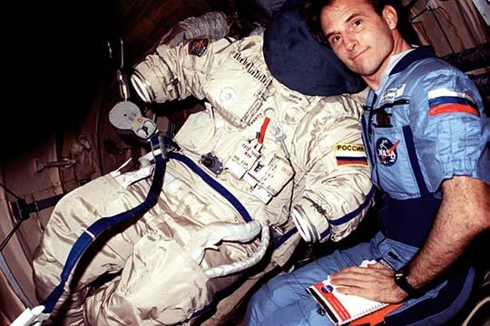 Jerry Linenger poses with his Russian ORLAN-M space suit.