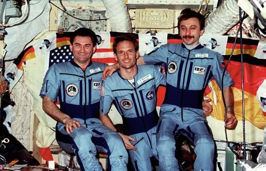 Linenger poses with his two Russian crewmates Vasily Tsibliev and Aleksandr Lazutkin.