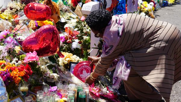 Texas Congresswoman Shelia Jackson Lee adds her own memento to the El Paso memorial.