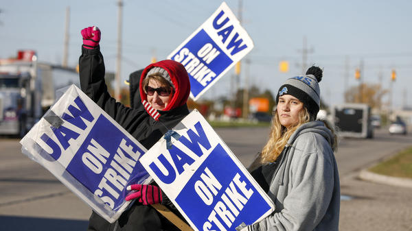 United Auto Workers members picket Wednesday at a General Motors plant in Flint, Mich. Last year, more U.S. workers went on strike than at any time since 1986.