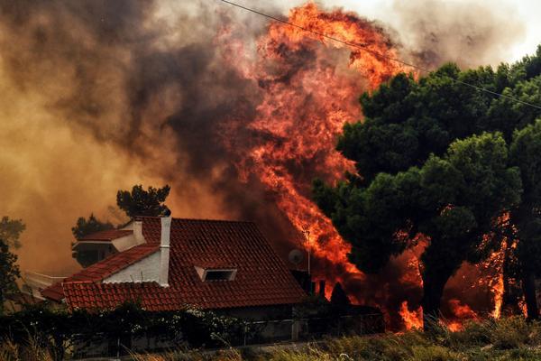 A huge blaze threatens a house in Kineta.