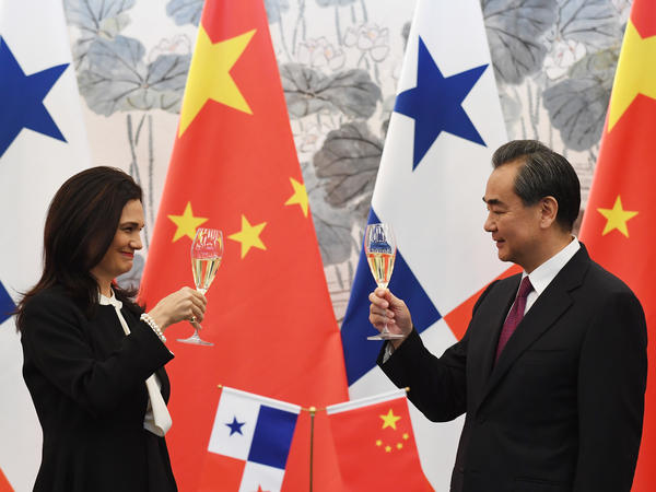 Panamanian Foreign Minister Isabel de Saint Malo de Alvarado and Chinese Foreign Minister Wang Yi toast after signing a joint statement on establishing diplomatic relations in June 2017 in Beijing.