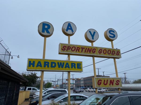 Clientes hicieron fila afuera de Ray's Hardware & Sporting Goods en West Dallas, Texas — antes de que la tienda abriera — con la esperanza de comprar municiones y armas, la mañana del 17 de marzo de 2020.