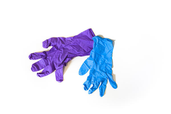 Some people are now wearing disposable gloves with the hope of getting some protection against coronavirus pathogens. What do doctors have to say about that?