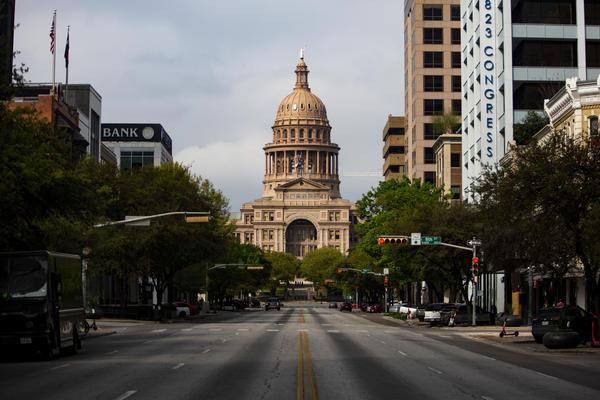 El edificio del Capitolio estatal en el centro de Austin durante la pandemia de coronavirus.