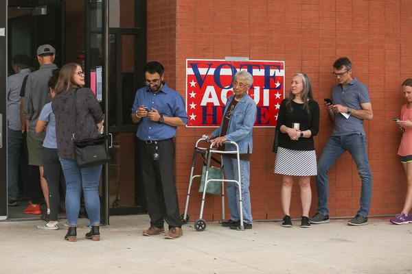 Un juez de distrito del condado de Travis dictaminó el mes pasado que las personas que temen votar en persona debido al COVID-19 pueden solicitar una boleta electoral por correo en la categoría de discapacitados.