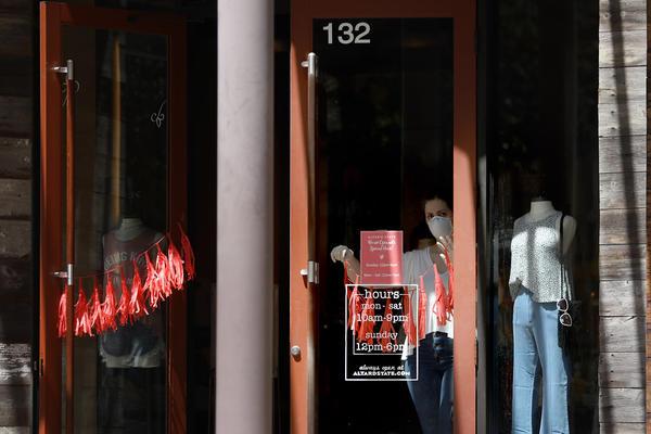 En Austin, algunas tiendas reabrieron bajo el mandato del Gobernador Greg Abbott. La ciudad todavía requiere que los residentes usen máscaras faciales en público, aunque las órdenes estatales hacen imposible hacer cumplir ese requisito.