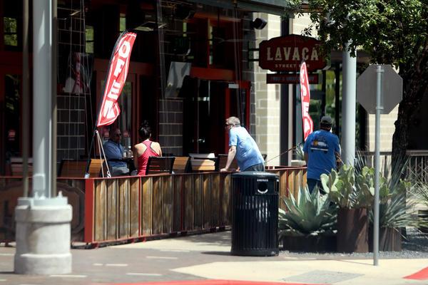 Clientes fuera del bar de la calle Lavaca en The Domain el 1 de mayo, mientras la economía de Texas se reabre lentamente. Para las personas con sistemas inmunológicos débiles, los peligros de salir durante la pandemia todavía existen.