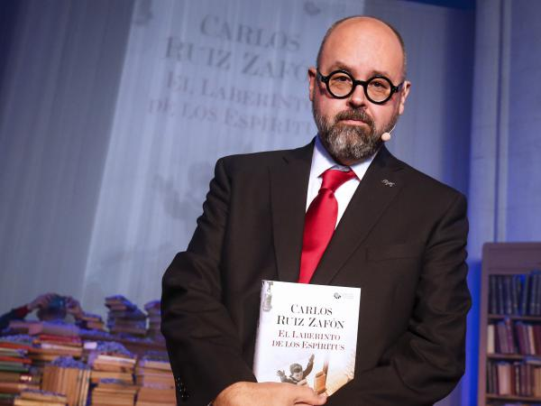 Novelist Carlos Ruiz Zafon presents his then-new book <em>The Labyrinth of the Spirits</em> at a Barcelona church in 2016.