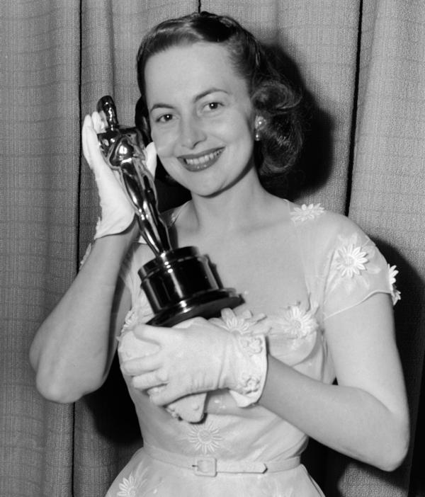 De Havilland holds her second Oscar for best actress, which she won for her role in <em>The Heiress</em>.