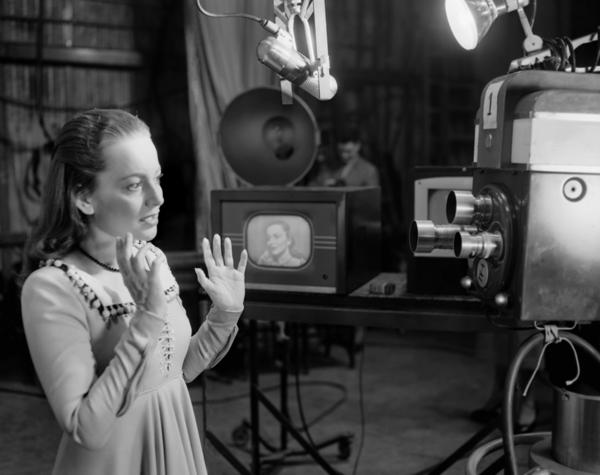 De Havilland rehearses a scene from <em>Romeo and Juliet</em> for a 1951 television broadcast.