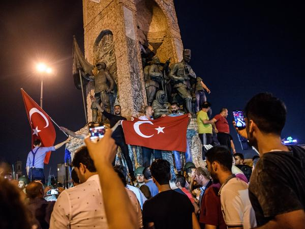 People protest against the military coup in Istanbul on July 16, 2016. Turkish military forces on July 16 opened fire on crowds gathered in Istanbul following a coup attempt, causing casualties, an AFP photographer said.