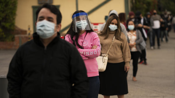 People wait in line for coronavirus tests in Los Angeles this week. The United States one-day death toll from the virus topped 3,000 for the first time on Wednesday.