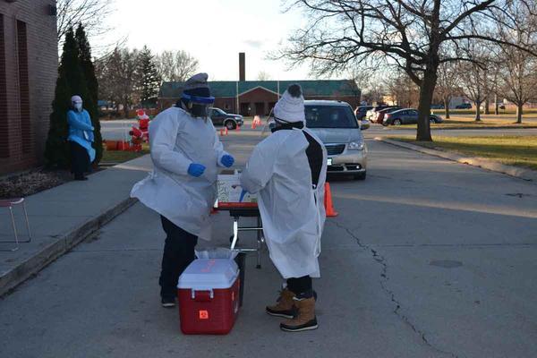 Ante la falta de acceso a las pruebas para muchos trabajadores esenciales que son vulnerables, un grupo de investigadores se asoció con una clínica local para organizar eventos de pruebas de la COVID-19 en la ciudad de Rantoul, en el centro de Illinois.
