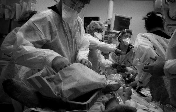 Drs. Brett Barro and Simone Miller work quickly to resuscitate a rapidly deteriorating COVID-19 patient.