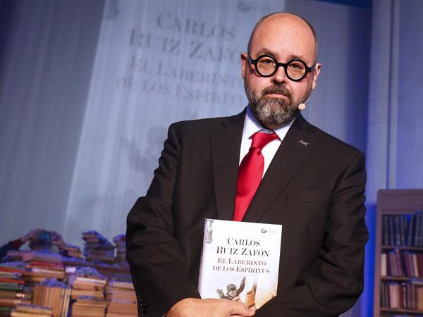 Novelist Carlos Ruiz Zafon presents his then-new book <em>The Labyrinth of the Spirits</em> at a Barcelona church in 2016.