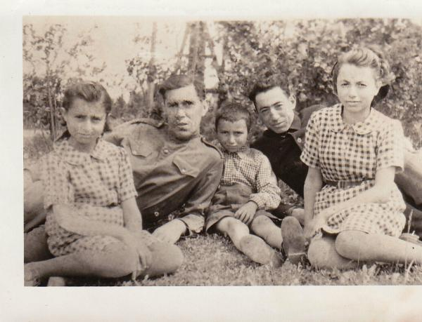 A Kasimow family photo from 1944 or early 1945, showing the family not long after the Soviet Red Army liberated the Vilnius region from the Germans. Harold Kasimow is in the middle.
