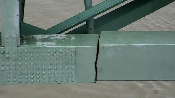 A crack in a steel beam on the Interstate 40 bridge, near Memphis, Tenn., caused authorities to order an emergency closure, disrupting road and Mississippi River traffic.