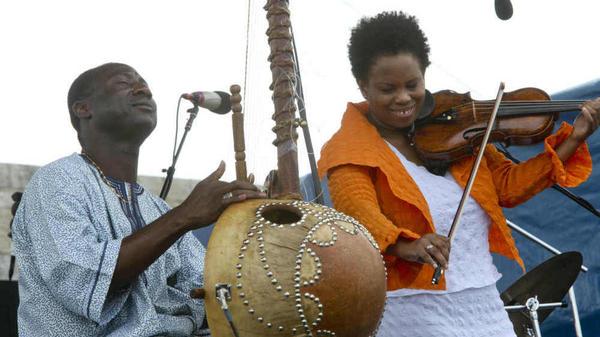 Regina Carter (right) with Yacouba Sissoko.