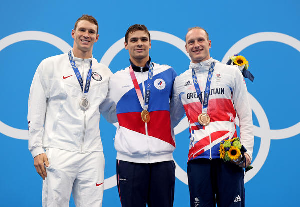 Silver medalist Ryan Murphy of Team USA (from left), gold medalist Evgeny Rylov of the Russian Olympic Committee and bronze medalist Luke Greenbank of Great Britain during Friday's medal ceremony for the men's 200-meter backstroke final at the Tokyo Games.