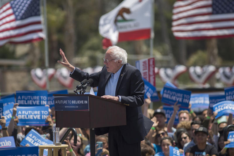 Sanders Campaigns In California, Clintons March In Memorial Day Parade