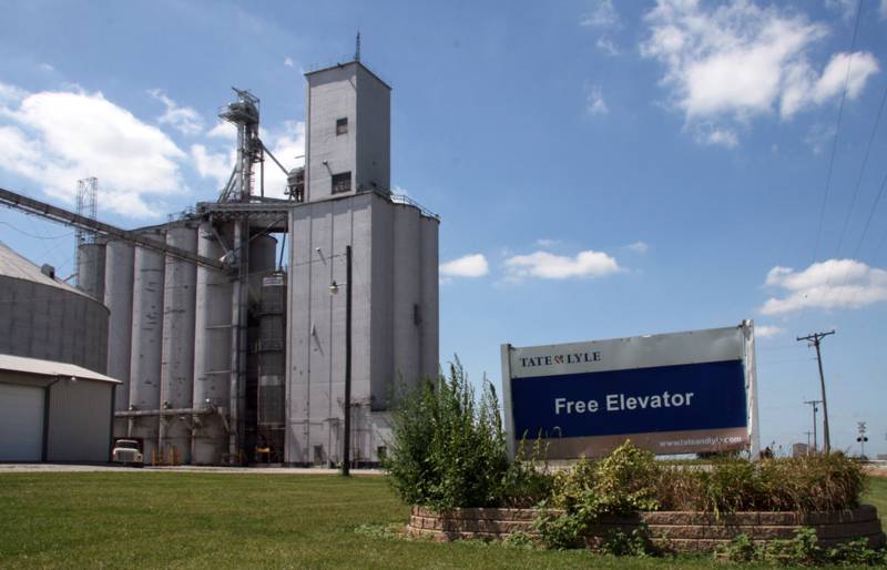 This grain elevator in the Benton County town of Free collects corn for use in high-fructose corn syrup. (Huw Williams/Wikimedia Commons)