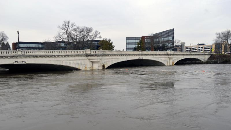 The bridge where Jefferson Boulevard crosses the St. Joseph River in South Bend sits just above the waterline on Feb. 22, 2018. (Jennifer Weingart/WVPE)