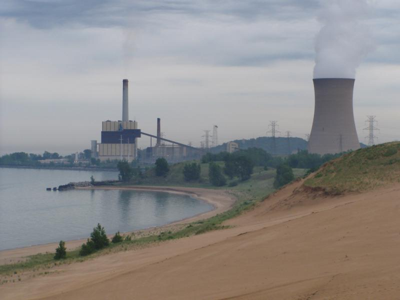The power plant on the left is NIPSCO's Michigan City generating station, which the utility now plans to close by 2028 (Chris Light/Wikimedia Commons)