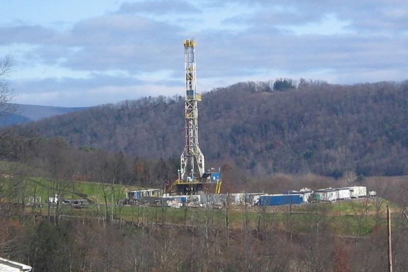 A tower in Pennsylvania drilling horizontally for natural gas, 2009 (Ruhrfisch/Wikimedia Commons)
