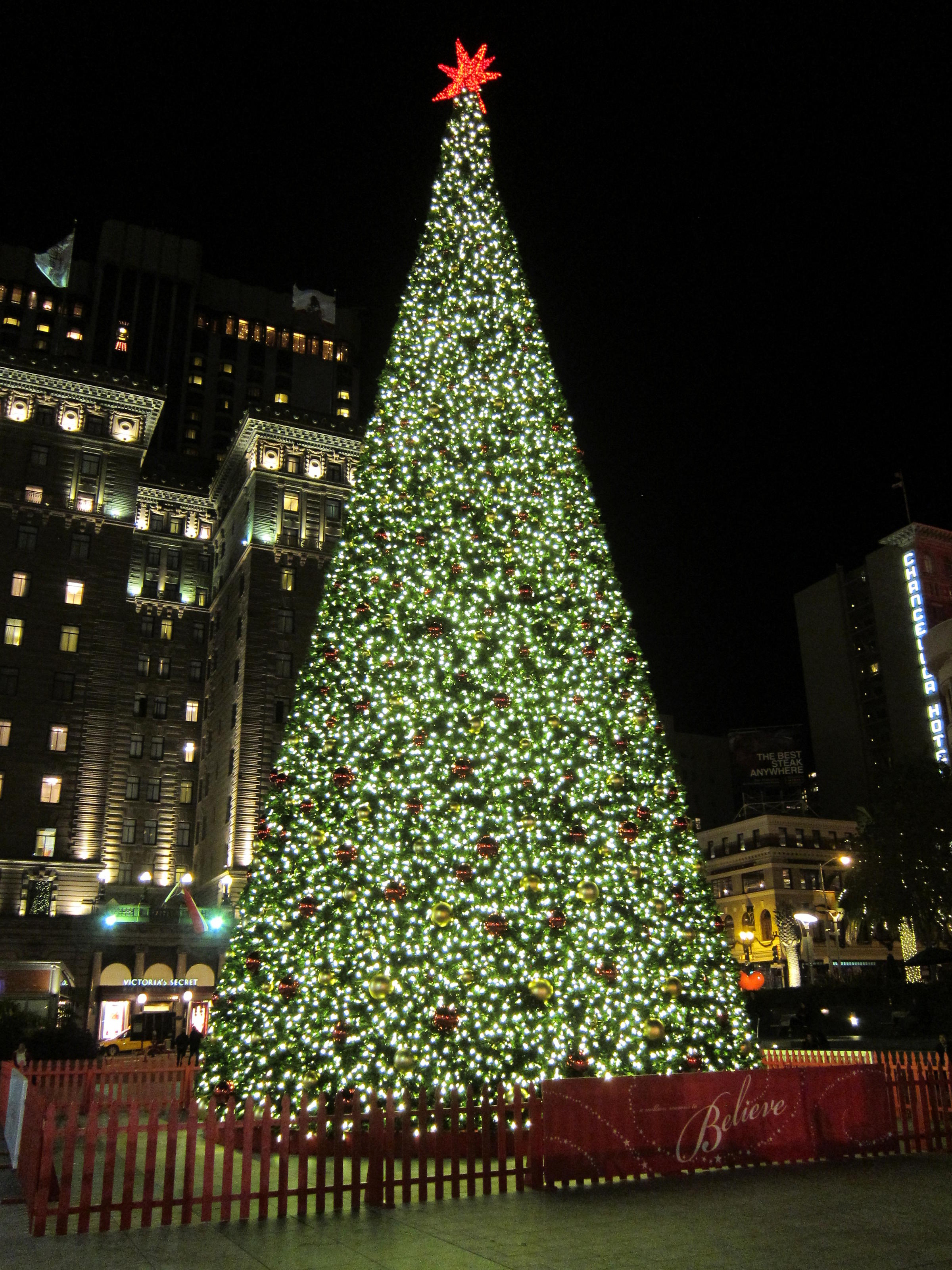 Macys Christmas Tree.Macy S To Use Artificial Christmas Tree This Year Wabe 90 1 Fm