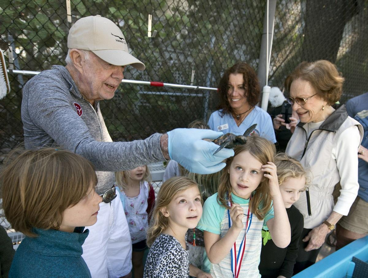 Jimmy Carter And Family Help Release Rehabbed Sea Turtle Wabe 90 1 Fm