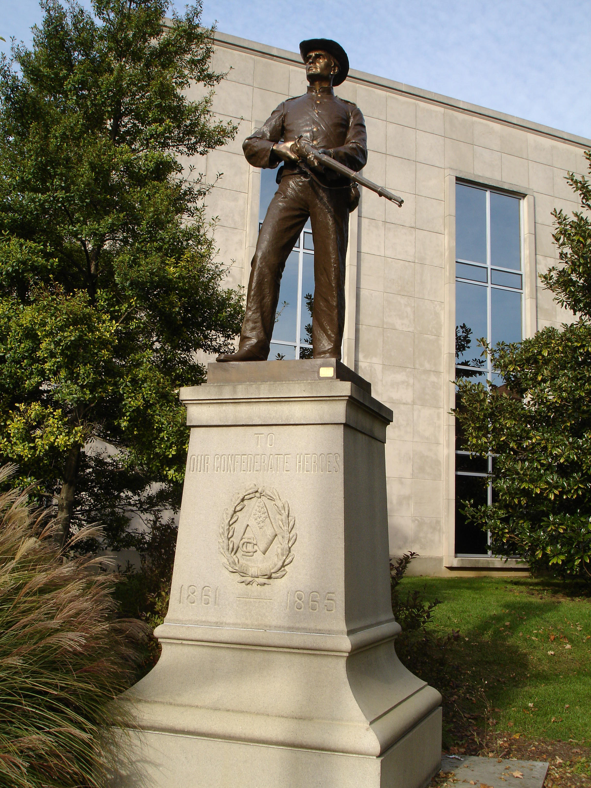https://mediad.publicbroadcasting.net/p/wkms/files/styles/x_large/public/201708/OwensboroConfederateStatue.jpg