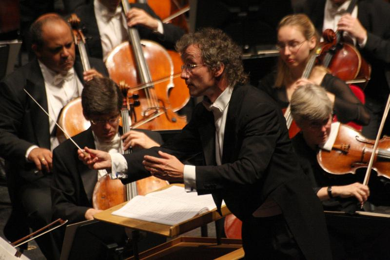 photo of Franz Welser-Most conducting the Cleveland Orchestra